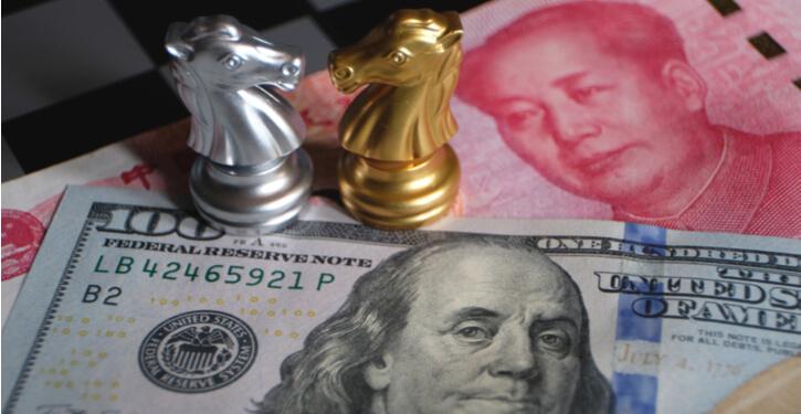 Bild des US-Dollars und der chinesischen Yuan-Noten mit Schachfiguren, die den jüngsten Handelskrieg darstellen