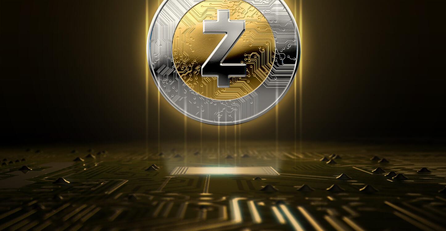 Zcash-Münze, die über einer Computerplatine schwebt