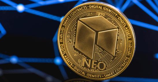 Bild der Neo-Kryptowährung vor blauem Hintergrund